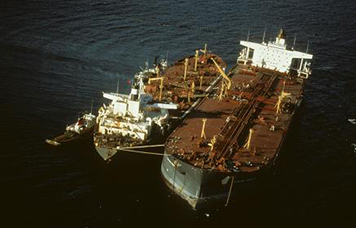 Response crews attempt to remove the remaining oil aboard the grounded tanker Exxon Valdez. (Exxon Valdez Oil Spill Trustee Council)
