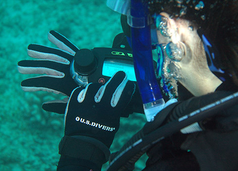 A student sending an underwater text message to another dive team.