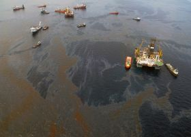 Aerial image of spilled oil and vessels on the water.
